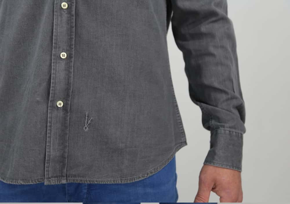 Camisa Grey Denim logo details Camisa Grey Denim model1 Camisa Grey Denim model2 Camisa Grey Denim blogger CAMISA GREY DENIM